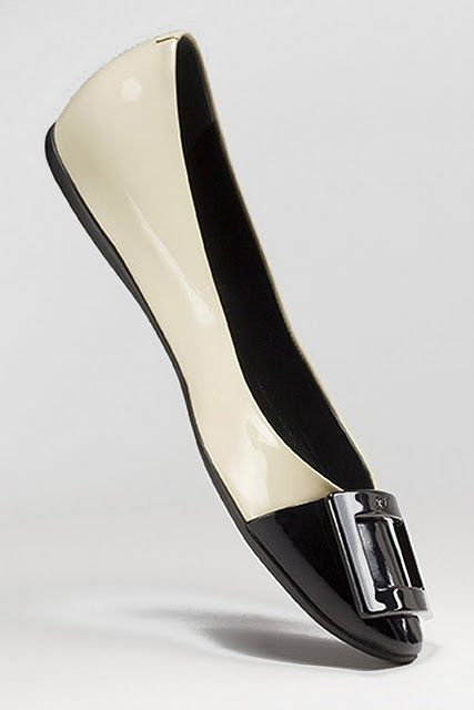 Roger Vivier - I love flats !!! The only shoes that walk as fast as me ...