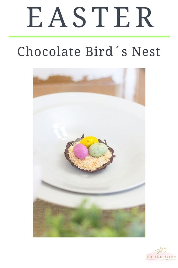 Make your own little chocolate bird´s nests with just 2 ingredients: melted chocolate, toasted shredded coconut and mini speckled easter eggs...