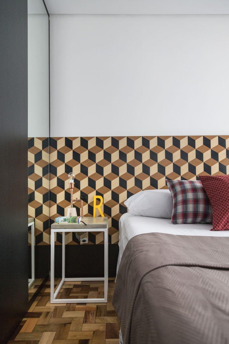 La camera da letto di un appartamento di 70 mq a Porto Alegre, Brasile /// The bedroom in a apartment of 70 mq in Porto Alegre, Brazil • Project: Renata • Photo Marcelo Donadussi