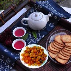 (Dân trí) - Trà Hibiscus (dâm bụt) được coi là một phương thuốc thảo dược giúp hạ huyết áp, giảm cân, tăng cường hệ thống miễn dịch, ngừa nhiễm trùng bàng quang và táo bón http://thaomoc.com.vn/hibiscus/item/291-nhung-loi-ich-suc-khoe-it-ngo-toi-cua-hoa-hibiscus-theo-bao-dan-tri.html