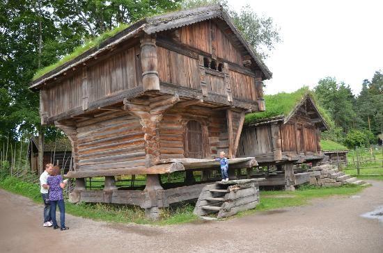Antigos celeiros noruegueses, expostos no museu a céu aberto: Museu do Folclore Norueguês em Oslo, Noruega.  Fotografia: cesarfrancoramos.
