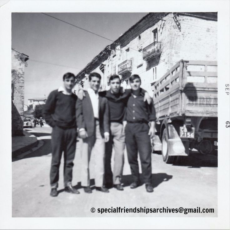 « Fuzzy Friendships » The photographer didn't focus on the happy faces of those friends! We can see the architecture from an italian town. September 1963. /// Le photographe ne s'est pas concentré sur les visages souriants de ces amis! On peut voir l'architecture d'une ville espagnole. Septembre 1963.  #bromance #maleaffection #mentogether #affectionatemalephotography #retrofashion #vernacularphotography #1963 #fuzzy