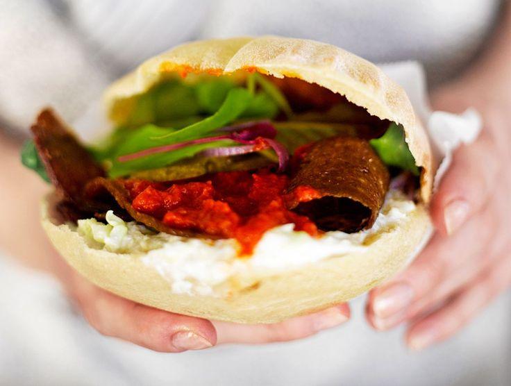 Trendikäs ja herkullinen katuruoka syntyy kätevästi myös kotikeittiössä. Katso selkeät vaihekuvat, miten kebab tehdään.