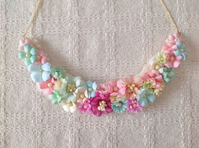染め花の三日月型ネックレス(M・ライト系)