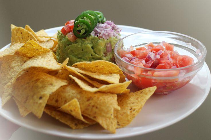 huisgemaakte guacamole met tortilla chips