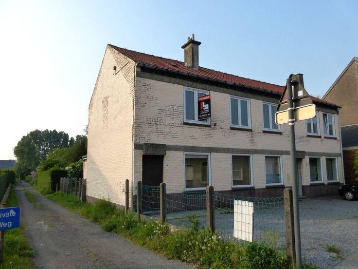 Huis te koop in Melsen - 78m² - 139 000 € - Logic-immo.be - Deze leuke starterswoning is gelegen in het rustige Melsen (Merelbeke), nabij het centrum en openbaar vervoer. Deze op te knappen woning bestaat op het gelijkvloers uit een voorplaats/eetkamer, keuken...
