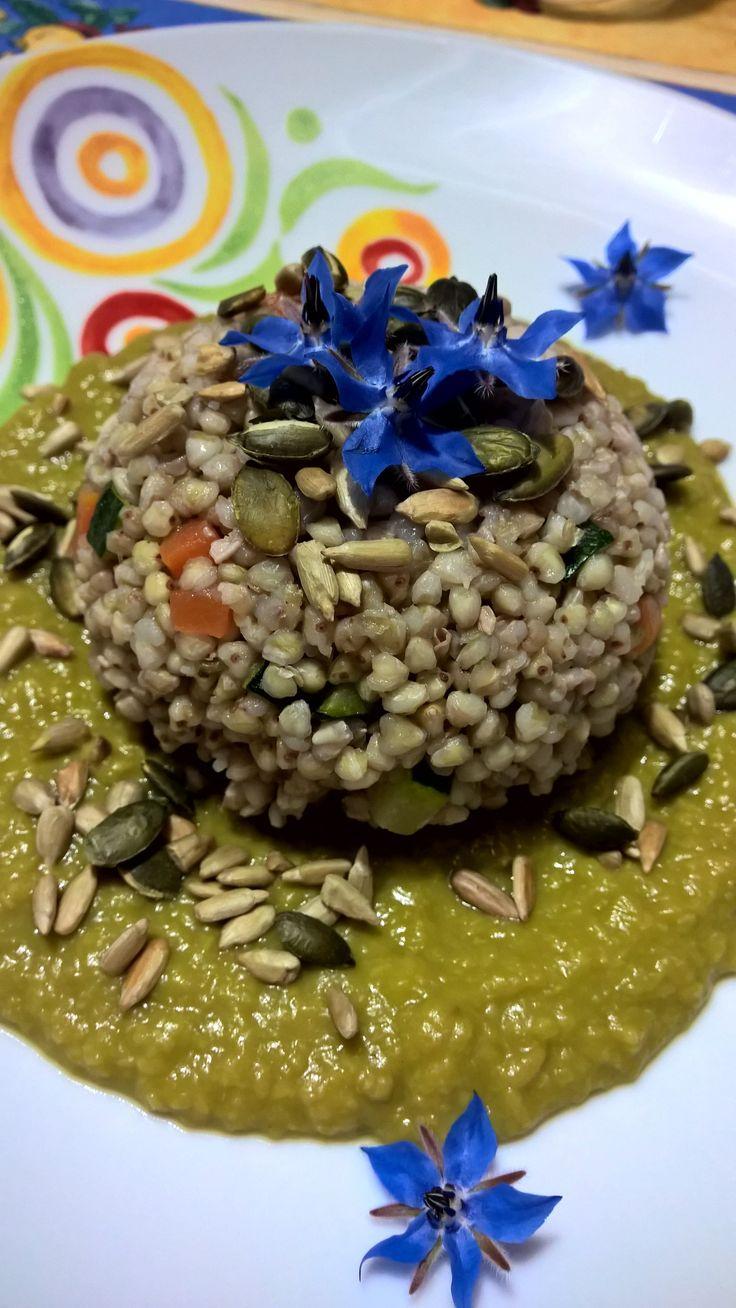 Grano saraceno con verdure e semi tostati su vellutata di piselli