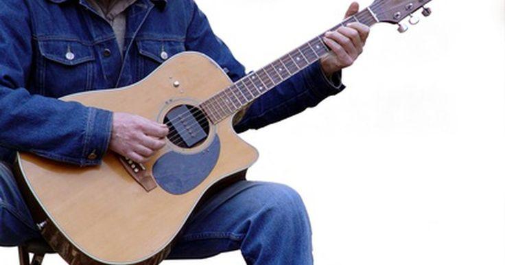 Cómo reparar una grieta en una guitarra acústica de tapa sólida. Las guitarras acústicas están hechas principalmente de madera y reaccionan a su medio ambiente. Las acústicas de tapa sólida son más sensibles que las laminadas y requieren de un mayor cuidado. Las grietas en el cuerpo de tu guitarra acústica de tapa sólida suelen ser a causa de daños físicos o al encogimiento que se debe a la falta de humedad. ...