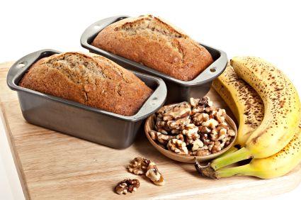 """Mina barn älskar bananer, och banan bröd är också en stor favorit hemma hos oss. I """"The Joy of Cooking"""" finns det ett underbart recept som jag ofta bakar tillsammans med barnen. Banan bröd Sätt ugn..."""