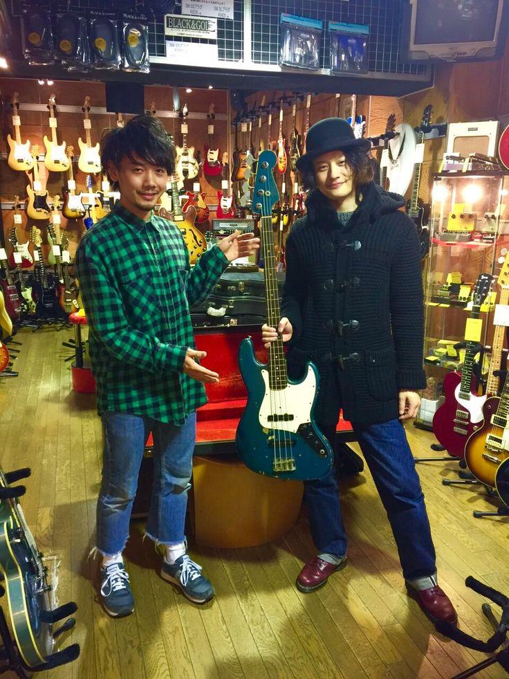 [Alexandros]磯部寛之2015/12/26 ハートマンヴィンテージギターズ 2ヶ月前ほどに、「俺、年末に男の1本買うから」とイケメンすぎるセリフを残し、去って行った、磯部氏。 こちらをご購入いただきました。 クレイドット期のカスタムカラーレイクプラシッドブルーのレアアイテム!