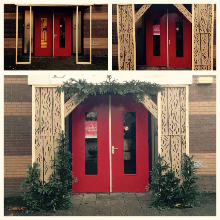 Welkom in de kerststal! Gemaakt van hout, golfkarton en kerstgroen. Leuk om de ingang van de zaal te versieren met kerst.
