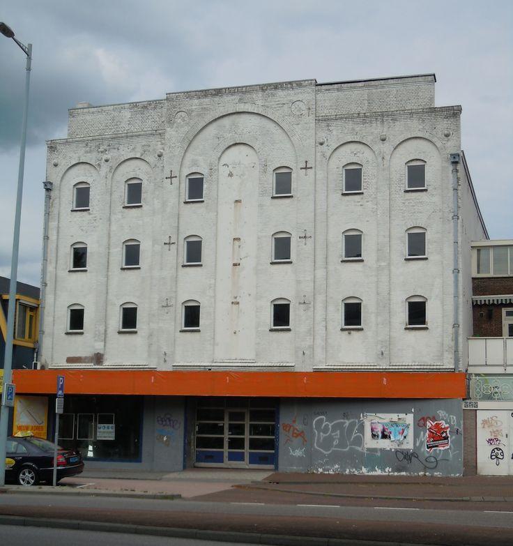 Oudenoord 1 - gebouwd als graan- en grutterswarenpakhuis van de firma Weduwe P.E. Pompe in 1895. Het is een ontwerp van architect J.A. van Straaten jr.. Het pakhuis heeft lage bovenverdiepingen. Het is naderhand in gebruik geweest als Utr. Kastenfabriek 'Futura', kaaspakhuis, batterijenfabriek C. Herberholt, rond 1930 NV Hollandsch IJzermagazijn vh M. de Wild, en als laatste autoservicestation Kwikfit. Het pand zou in 2014 verbouwd worden tot supermarkt.