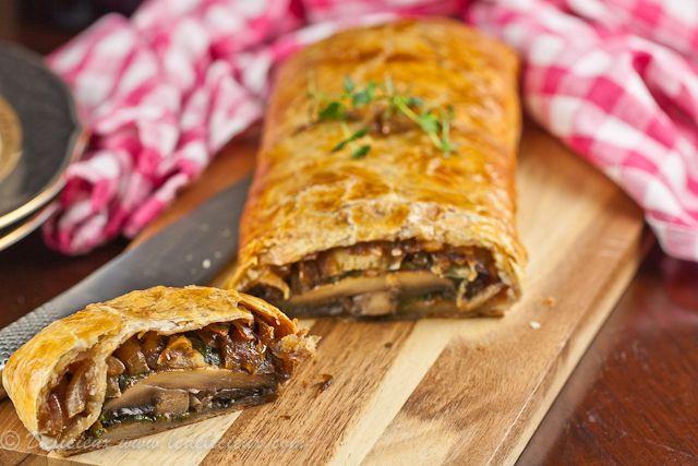 Μια συνταγή για μια πεντανόστιμη 'χορτοφαγική' πίτα. Πίτα με μανιτάρια portobello, σπανάκι κρεμμύδια για να την απολαύσετε σκέτη ή να συνοδεύσετε τα ψητάσ