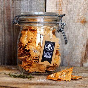 Monika verrät ihr veganes Rezept für Dinkel-Cracker, die als zuckerfreier Knabberkram in unzähligen Varianten von Dir selbst hergestellt werden können.
