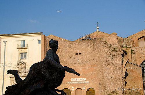 la statua che guardava passare gli aerei