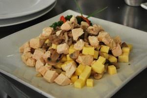 Ensalada Tosca  1 1/2 pechugas de pollo cocido  100 gr de champiñones  150 gr papa de apio  100 gr queso chanco  125 cc mayonesa  2 anchoas