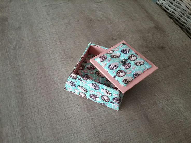 Gisèle de montpellier a réalisé cette jolie boîte carré de la créatrice Maki Saeki assortie à la boîte à mouchoirs aimanté.  Cette boîte est recouverte de simili mappa abricot  et d un bouton bronze de la theiere de bois  et d un tissu  petits herissons acheté à la Mercerie Arnal à Clermont l Herault.  Gisèle  tes boîtes sont Chouettes, tu as super bien travaillé  !  Fatima