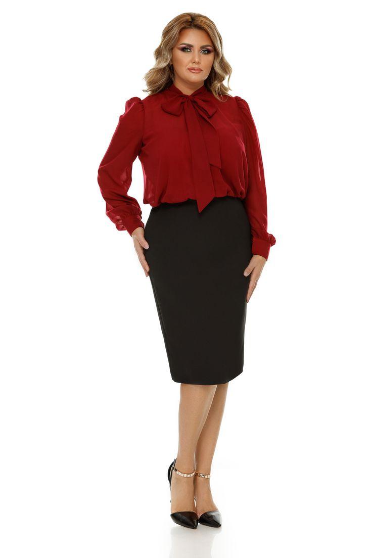 Rochie Plus Size Livia Bordo - Concepută special pentru femeile cu siluete plinuțe care-și doresc să fie în centrul atenției purtând ținute rafinate și feminine, rochia plus size Livia îți va ușura cu siguranță viitoarele alegeri vestimentare. Elementul esențial al eleganței acesteia este delicata fundă de la gâ