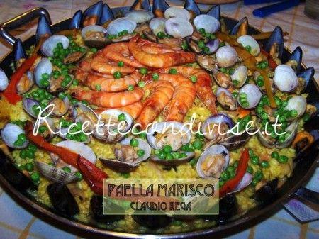 Eccovi la ricetta di una ricca paella di pesce!! Ingredienti per 8 persone: - 10 gamberoni - 10 gamberetti - 5 totani piccoli - 2 seppie - 1 kg di vongole veraci - 1 kg di cozze - 1 peperone rosso - piselli - 2 bustine di zafferano - 1 kg di riso carnaroli Descrizione della preparazione: Pulire totani e seppie e cuocerli in padella con aglio olio prezzemolo. In una padella a parte scottare i gamberoni con olio. Pulire i gamberetti e con il loro carapace fare un brodetto di pesce (fumetto)…