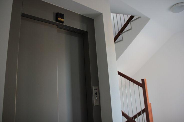 Il vano scale con l'ascensore a batteria alimentato dai pannelli fotovoltaici