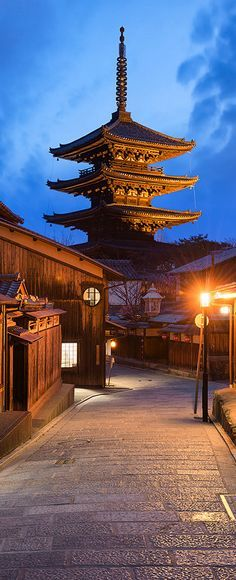 The ancient streets of Kyoto, japan 八坂の塔(法観寺)