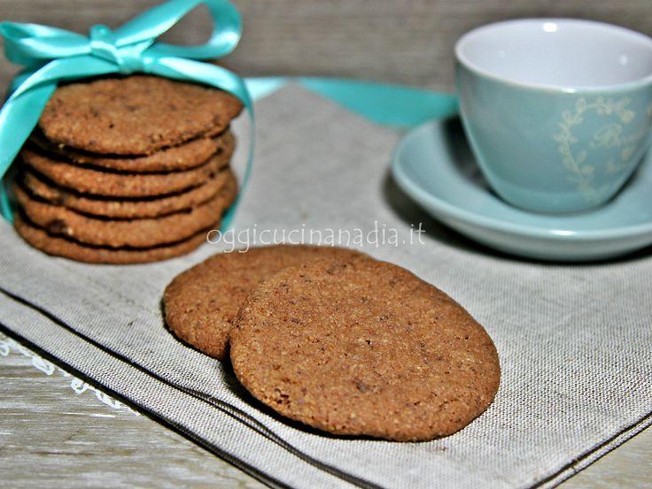 I biscotti al cioccolato e mandorle sono dei golosi e friabili biscotti preparati con una delicata frolla fatta con farina di mandorle e cioccolato.