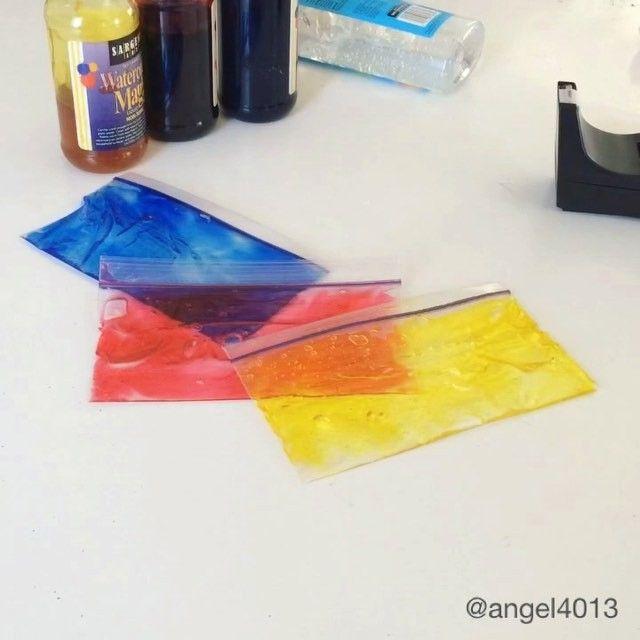 3 Пакетика ZipLock; Бесцветный Гель Алоэ Вера или гель для укладки волос: 3 Пищевых красителя (красный желтый синийНебольшое количество геля поместим а пакетик.Добавляем краситель, закрываем и тщательно перенимаем, что бы гель равномерно окрасился. Край пакета проклеиваем скотчем для надежности.Предлагаем ребенку накладывать один пакетик на другой, что бы получить новые цвета. 