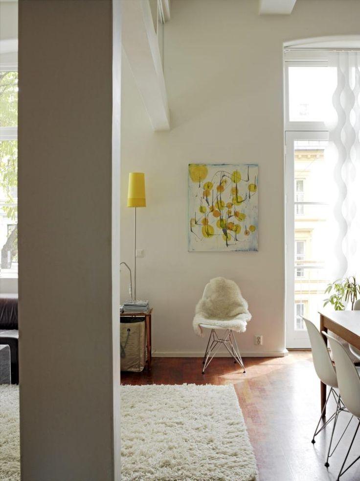 Allrommet best�r av stue, spisestue og kj�kken i ett. Et stort og luftig rom, med kraftige b�rebjelker i hvitt. En liten stol har blitt plassert som et skille mellom spisestue og salong.