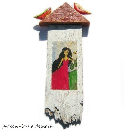 dziewczyna  w czerwonej sukni- pracownia na deskach