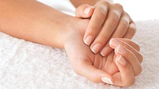 Beautytip: nagels zonder vlekken met dit geniale trucje
