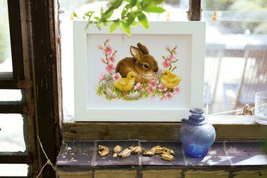 """Vare nr. PN-0145421 Broderipakning billede - Hare og ællinger Str. 24 x 18 cm. Broderes med korssting på hvid Aida med 5,4 tr. pr. cm. / 14"""" efter tællemønster.  Pakken indeholder instruktion, stof, mønster, garn og en nål. Pakken lagerføres i Belgien, og derfor kan leveringstiden være fra 4 til 10 hverdage. Klik på billedet for at se det i større format."""