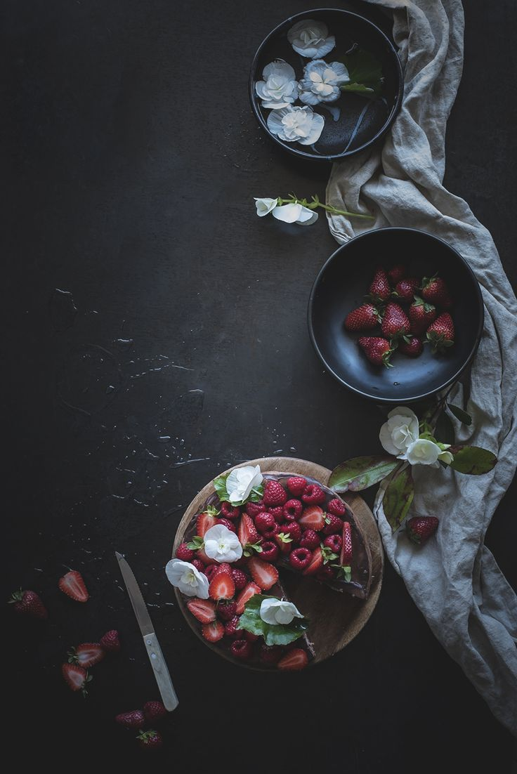 Skinny chocolate cheesecake with raspberries and strawberries
