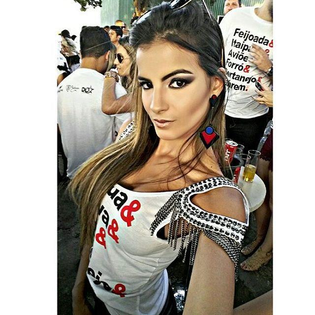 ✈💥💃 A make maravilhosa de sempre da MELHOR 💄 @daletetoledomakeup,  cílios da 💁 @penelopescilios.  O abadá  escolhi o modelo e foi customizado pela @ellisatelier  ________________________________________ #feijoadadobahrem #bahremcervejaria #bahremcervejaria #bahrem7anos #bahremprivilege #bahrempecuaria #oaviaochegou #overposting #overpost #ootd #makeup #makeupbrazil  #maccosmetics #samerkhouzami #eyelash #cilios #ciliosdeboneca #abadacustomizado #abada #customizacao #festa #dye  #party…
