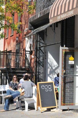Egg - un brunch à Williamsburg (Brooklyn). Ce petit restaurant possède sa propre ferme à deux heures et demi de New York. Leurs produits sont frais et tous biologiques ce qui fait d'Egg une excellent option pour un bon brunch à Brooklyn -- Egg Restaurant/ 135 North 5th Street, Brooklyn.