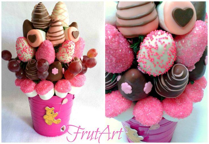 Delicioso arreglo frutal de fresas cubiertas con fino chocolate decorado con marshmallows con chocolate y sprinkles rosa.  FrutArt https://www.facebook.com/pages/FrutArt/480373691986231?ref=hl