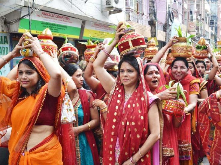 A 'Kalash Shobha Yatra' were started from Satyanarayan Dharamsala that passed through the town.which was organised by Marawari Community from day before yesterday in Dhupguri. It has been organised for three days religious program.   #Bhagwat Gita #Dhupguri #Dhupguri news #Kalash Shobha Yatra #Local News #Lord Krisnha #Marawari Community #Satyanand Maharaj #Satyanarayan Dharamsala #Siliguri News #Today Siliguri News