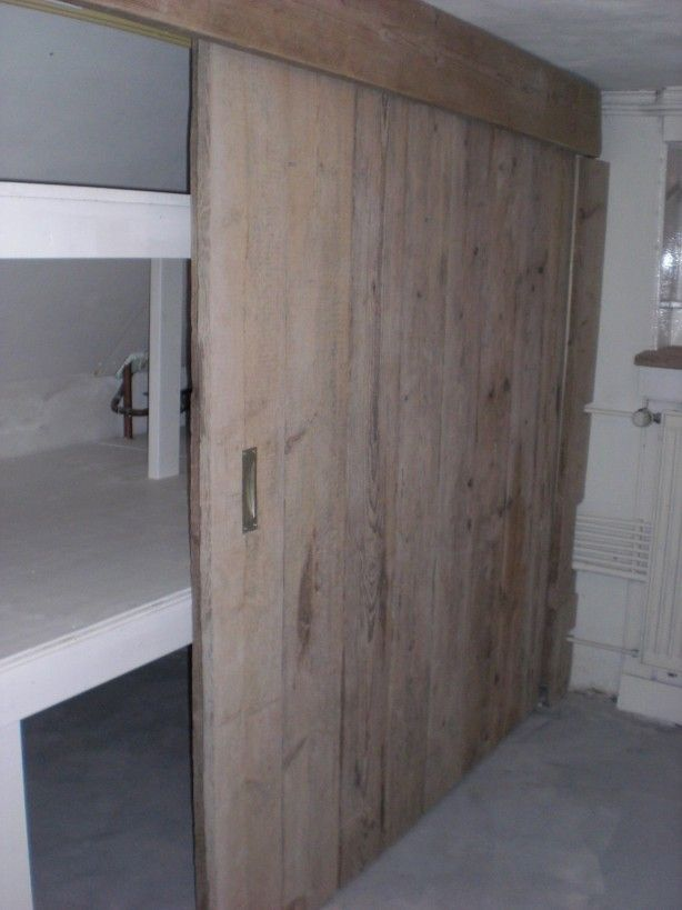 Mooie inbouwkast met steigerhouten schuifdeuren. Wauw!
