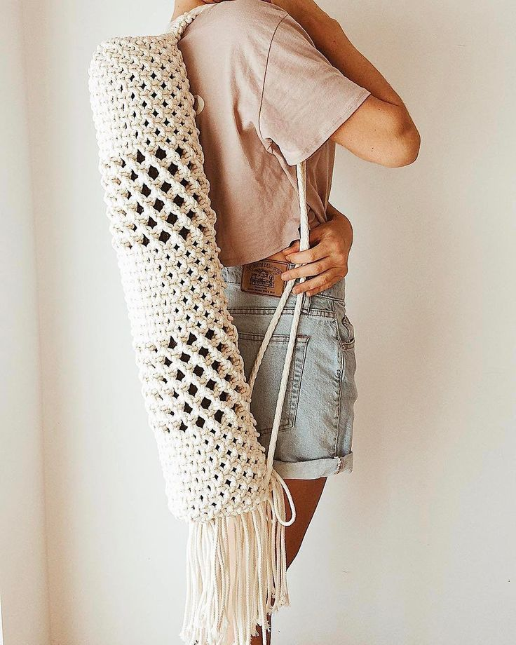 "MODERN MACRAMÉ (@modernmacrame) sur Instagram : ""WOW this Yoga Mat Bag from @ana_morais is so creative! Such a great way to incorporate macramé into…"""