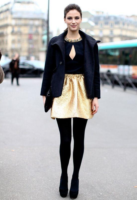 Golden ítem Nos gustan los looks que destacan una sola prenda, como esta falda dorada.