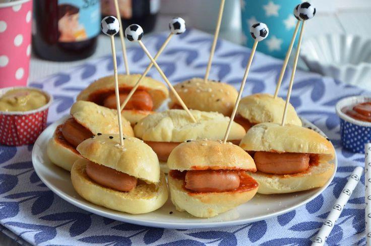 Mini hot dogs, une recette format mini parfaite pour l'apéro. Format finger food, idéal pour se régaler avec un plateau télé devant du foot... ou pas !