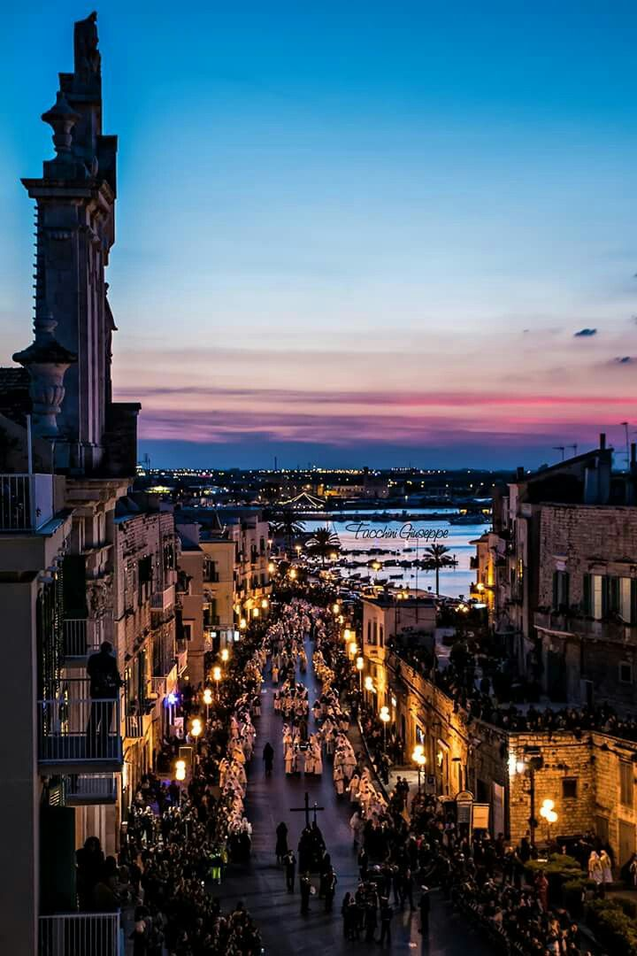 Il tramonto fa da sfondo all'arrivo della Croce in Purgatorio, che precede le sette statue di Giulio Cozzoli. #Molfetta #SabatoSanto