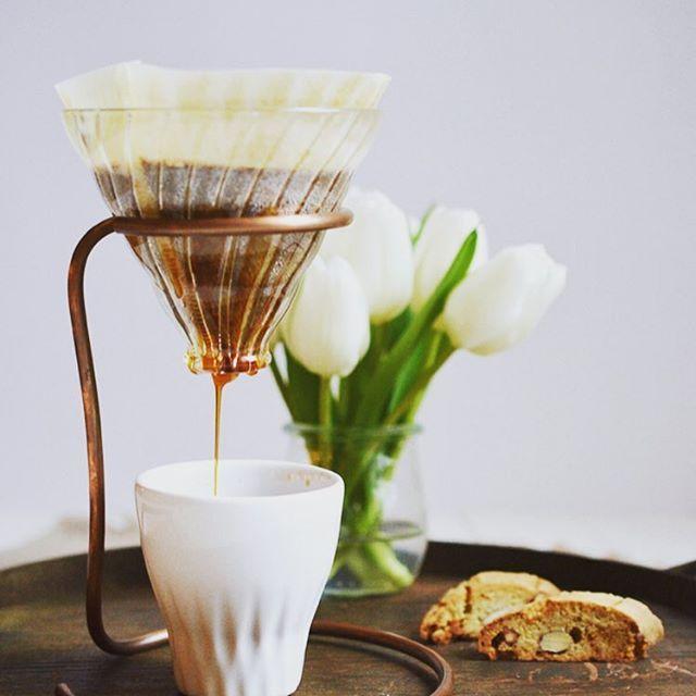 Great #blogpost from @rheintopf at www.rheintopf.com ☕️ #ouverstand #ouvercoffee #ouvercoffeestation  #dripstation #dripitlikeitshot #coffeeart #brewbar #brew #dripcoffee #coffee #singleorigin #germany #shareit #likeit #brewguide #handcrafted #coffeehouse #pourover #hario #chemex #aeropress #v60 #coffeelove  #carpenter #kaffee #pouroverstand #pouroverstation #latteart #dripper pic by @rheintopf