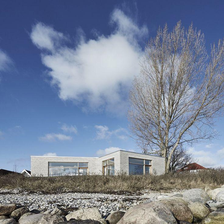 ADEPT est une agence d'architecture fondée en 2006 par Anders Lonka, Martin Laursen et Martin Krogh à Copenhague, au Danemark.  Située en bord de mer, la Villa Platan se fond parfaitement dans le sublime paysage. Cette habitation particulière offre à la fois une impression de solidité et de délicatesse grâce aux murs en brique incurvés.  Cette maison a été imaginée comme une expérience en constante évolution inspirée par la nature, le bâtiment vit au rythme de la mer et du ciel.