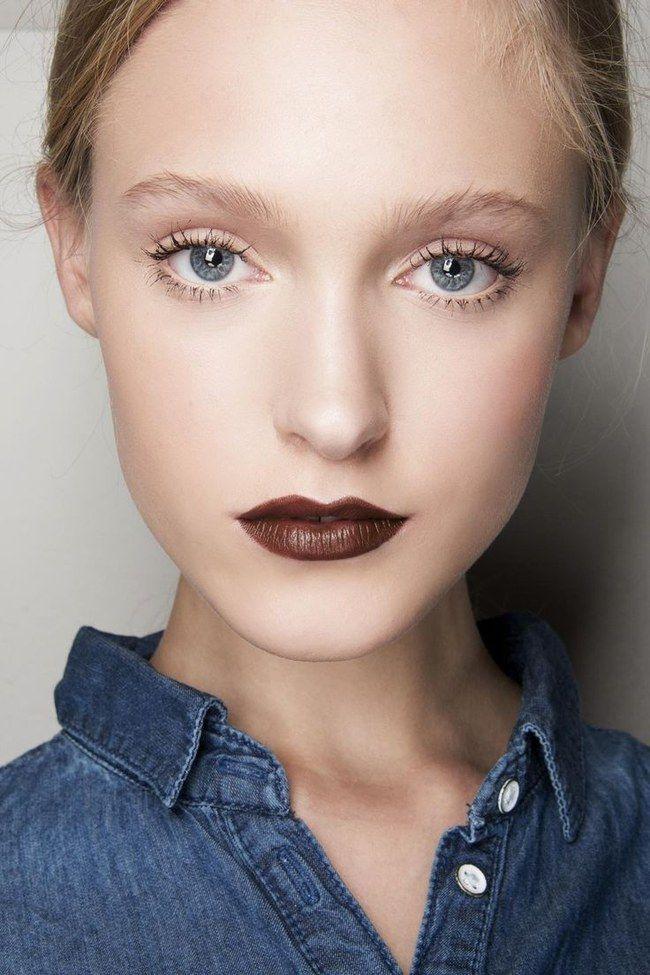 Focus sulle labbra con un rossetto marrone abbinato a un make-up nude delicato