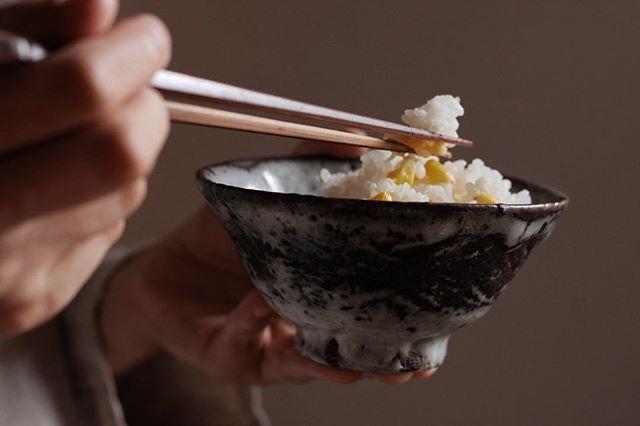 | OnlineStore #山田隆太郎 さんの鉄彩三島の飯碗で食べるとうもろこしの炊き込みごはん。 . #manufactjam_onlinestoremanufact_jam