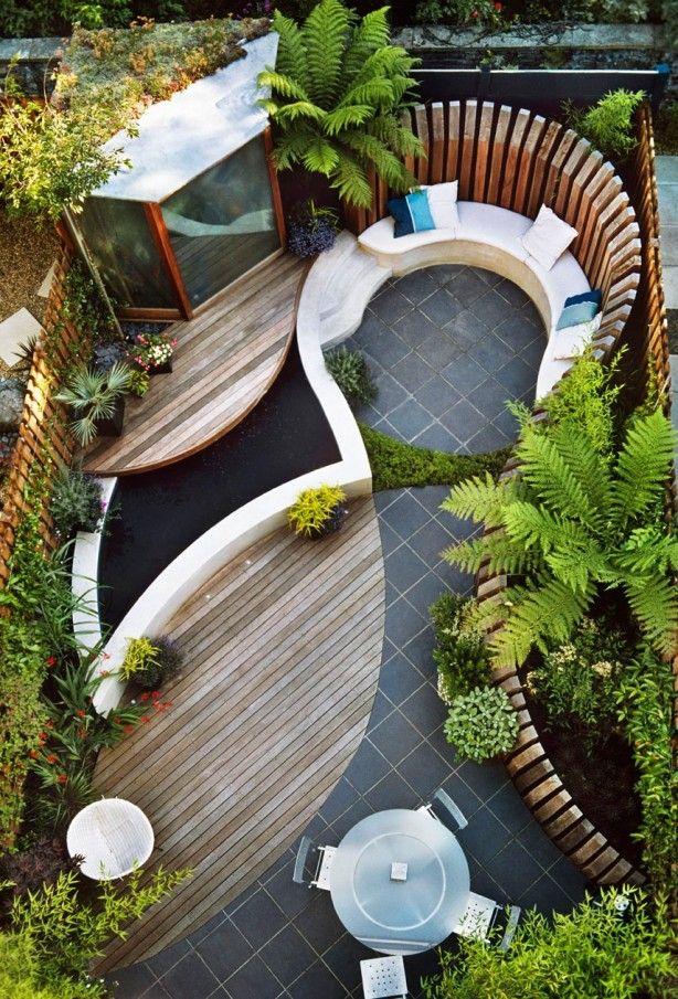 Kleine tuin met ronde vormen. Optimaal ruimtelijk gevoel. Beton en hout gecombineerd.