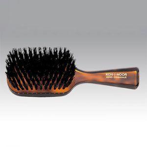 Profumeria Lorenzi Milano-Rivenditore KOH-I-NOORSpazzole setolate  La spazzola in diversi formati comodi per diversi utilizzi la spazzolesetolate sono l'ideale per capelli corti e ben ordinati e anche per barbe forti e resistenti. La setola nera di cinghiale è più resistente e adatta a capelli forti e robusti mentre quella bianca è un po' più morbida e si presta per capelli più sottili.  Le spazzole setolate hanno i manici realizzati in acetato di cellulosa ricavato dal cotone, caldo al…