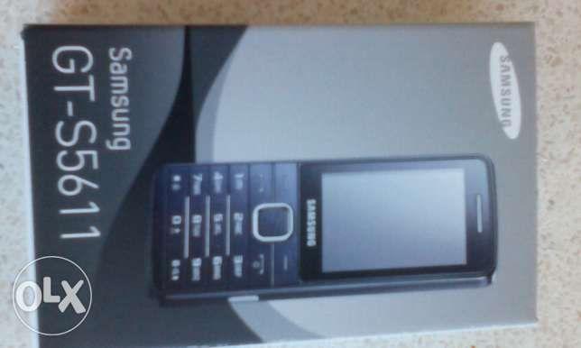 180 zł: Oferuję Państwu fabrycznie nowy telefon SAMSUNG GT-S5611. Telefon posiada  SIMlock Orange.  Telefon nie włączany, bateria nie wkładana. Nabywca formatuje baterie.  Kolor Metallic silver.  Zdjęcie ...