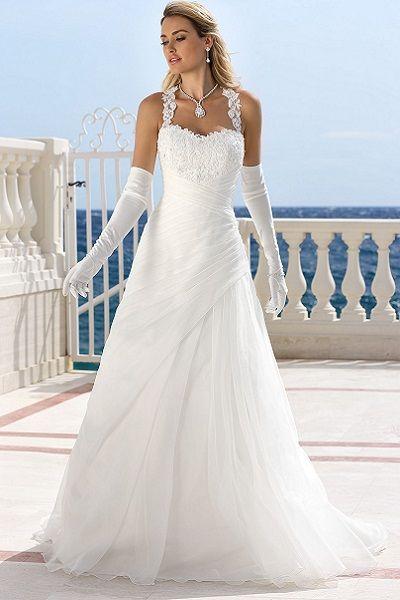 Romantische bruidsjurk van Ladybird bruidsmode bij ons in een plus size maat te passen.