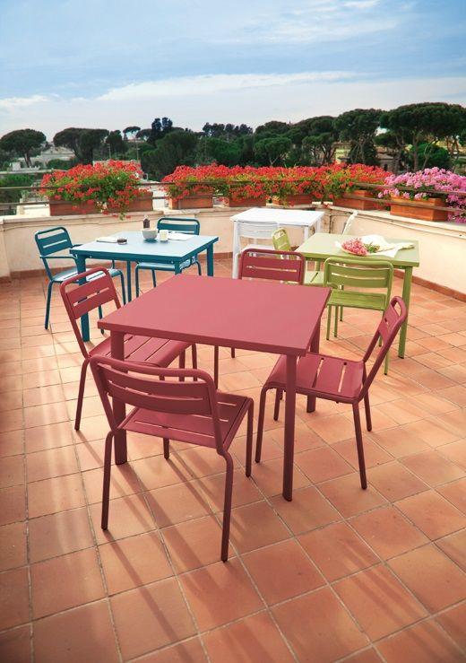 #EMU Star vierkante #tafel 305/306 is een zomerse #design topper. Met deze #metalen tafel breng jij een extra vleugje kleur in je #interieur. Zowel in een zakelijk interieur, als thuis is Star tafel een aanwinst. Star #vierkante #tafel is er in twee afmetingen en maar liefst negen kleuren.